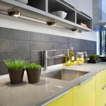 Lys over kjøkkenbenk