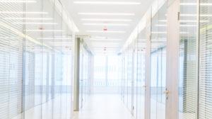 Bilde av belysning i gangen til et kontorbygg