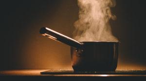 Bilde av en kasserolle som koker på en kokeplate
