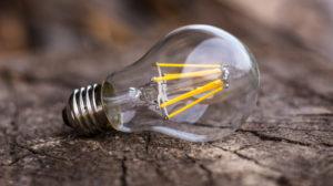 Nærbilde av en LED pære som ligger på bakken