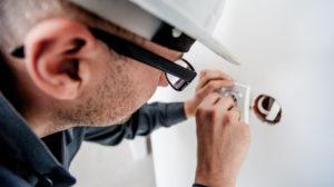 Bilde av en elektriker som setter opp en stikkontakt