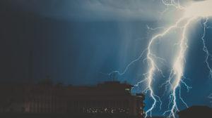 Bilde av at lynet slår ned på en stor bygning