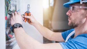 Bilde av en elektriker som jobber i et sikringsskap