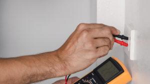 Bilde av en mann som tar el-kontroll
