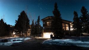 Bildet viser et hus med utebelysning mot hagen