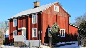 Bilde av rødt gammelt hus