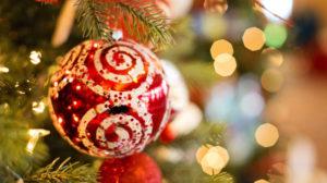 Nærbildet av rød julekule som henger på juletre