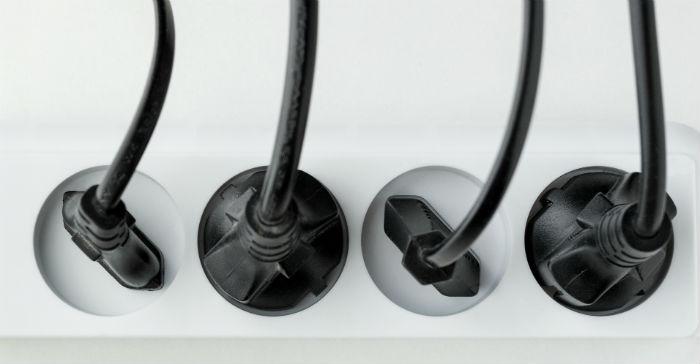 stikkontakt med ledninger