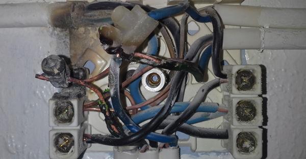 Gammel, brannfarlig stikkontakt med brannskade