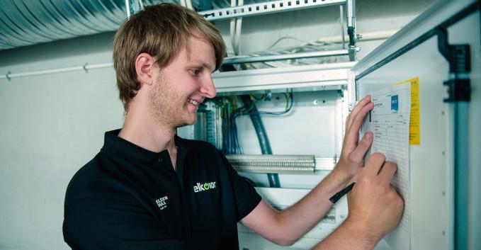 Elektriker sjekker sikringsskapet i et sameie