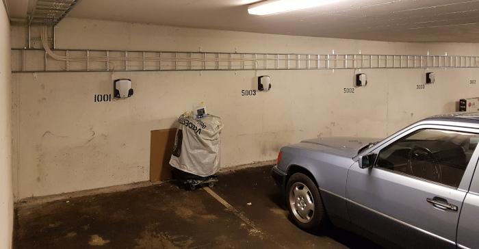 Elbil ladestasjoner på rekke og rad i et garasjeanlegg